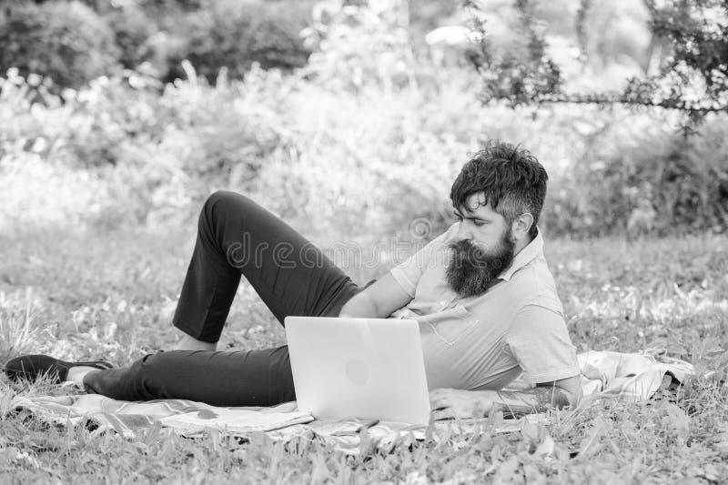 Pisarski szuka inspiracji natury ?rodowisko Inspiracja dla blogging Blogger zosta? inspiruj?cy z natury zdjęcia royalty free