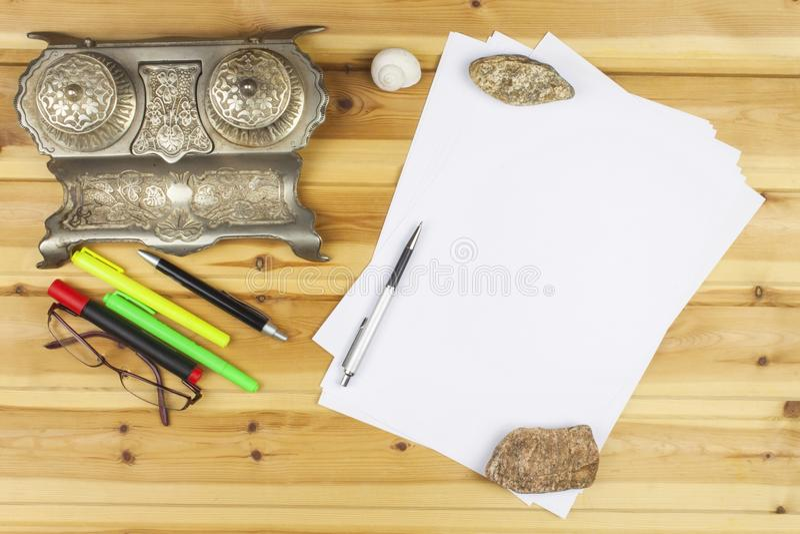 Pisarz pisze powieści Tworzyć człowieków sukcesu Pióra w biurze na drewnianym stole zdjęcie royalty free