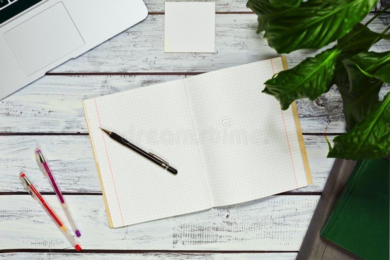 Pisarz pracujący na własny rachunek lub blogger workspace pojęcie zdjęcie stock