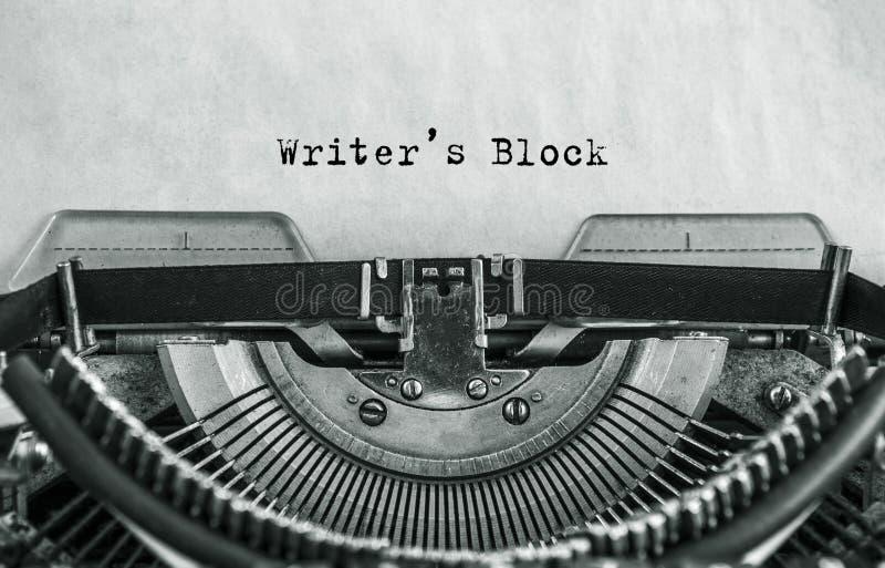 Pisarza blok pisać na maszynie słowa na rocznika maszyna do pisania fotografia royalty free