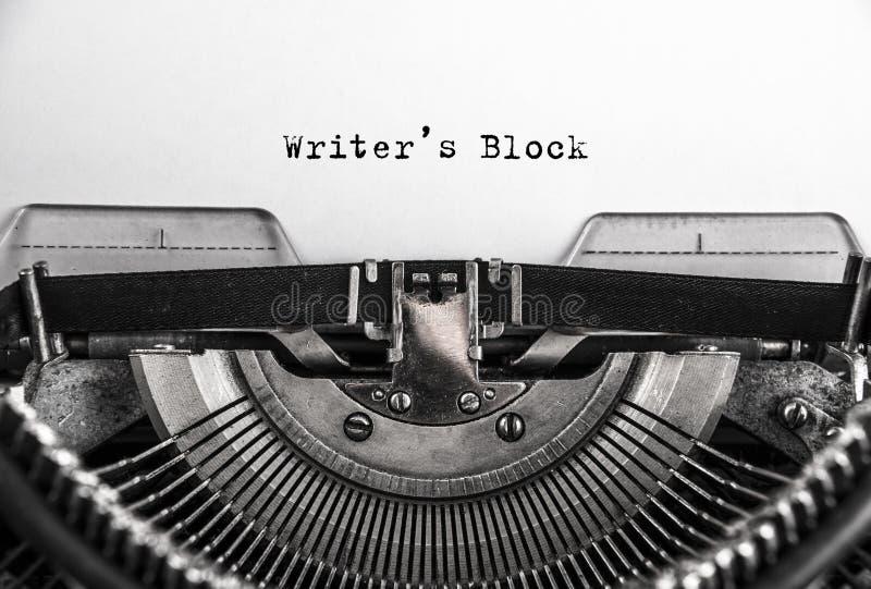 Pisarza blok pisać na maszynie słowa na starym rocznika maszyna do pisania z bliska obraz stock
