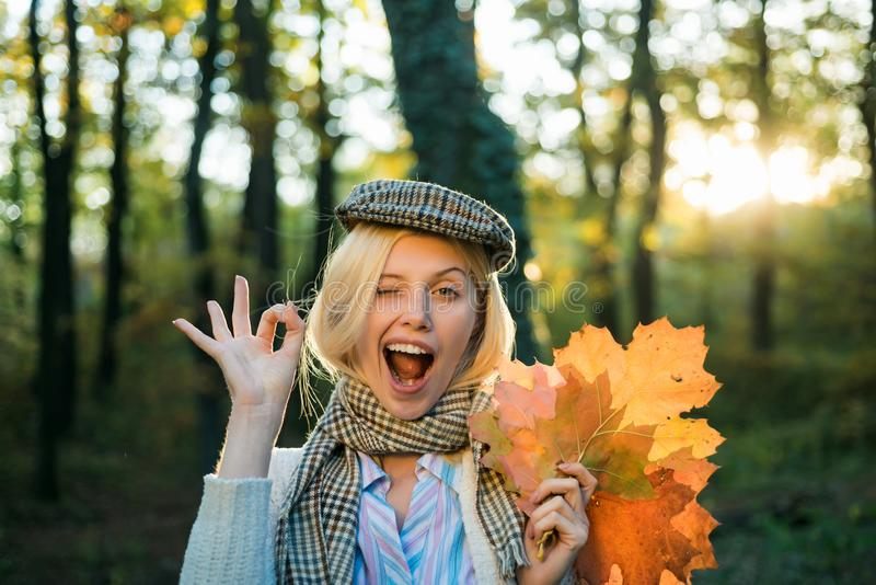 Pisc feliz da menina do outono Menina do outono que veste na roupa e nos olhares do outono muito sensualmente Menina que joga com imagens de stock