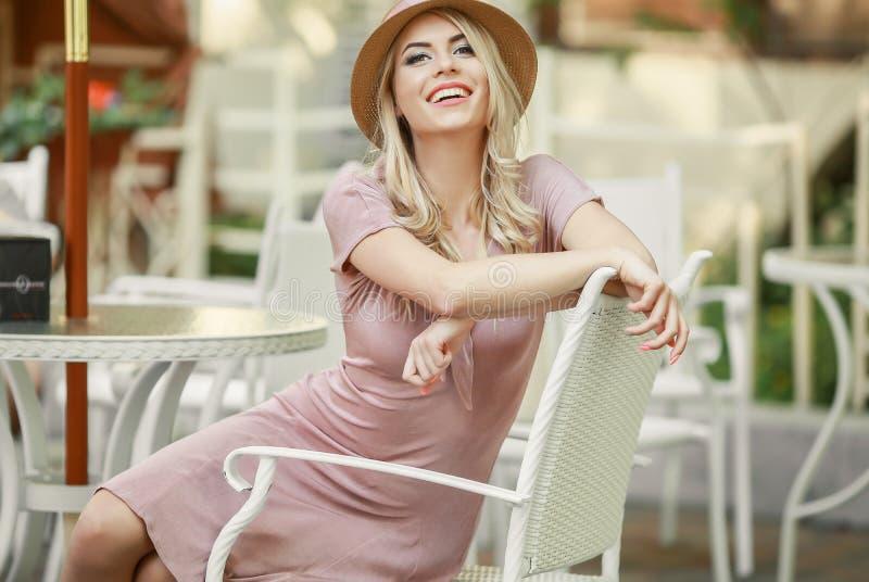 Pisc Girl modelo sensual que toca em sua cara, pregos do tratamento de m?os, cara adolescente da beleza isolada no fundo branco N fotos de stock