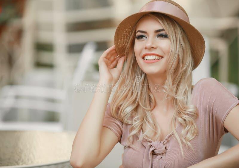 Pisc Girl modelo sensual que toca em sua cara, pregos do tratamento de m?os, cara adolescente da beleza isolada no fundo branco N foto de stock