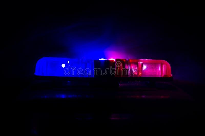 Pisca-pisca da luz vermelha sobre de um carro de polícia Luzes da cidade no fundo Conceito do governo da polícia imagens de stock