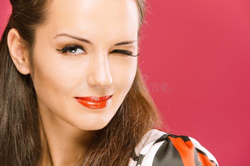 Piscadelas Dark-haired Bonitas Da Menina Foto de Stock Royalty Free