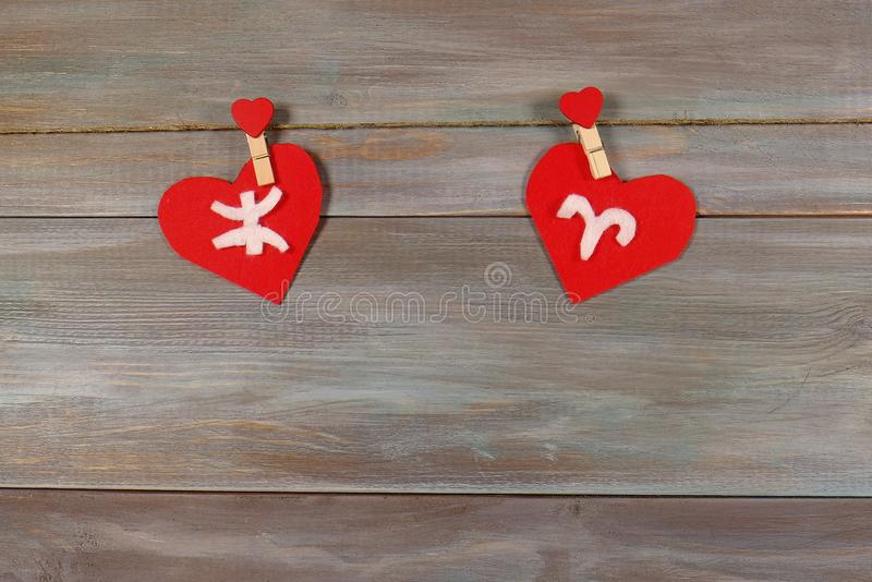 Pisces και Aries σημάδια zodiac και της καρδιάς Ξύλινο backgrou στοκ φωτογραφία με δικαίωμα ελεύθερης χρήσης