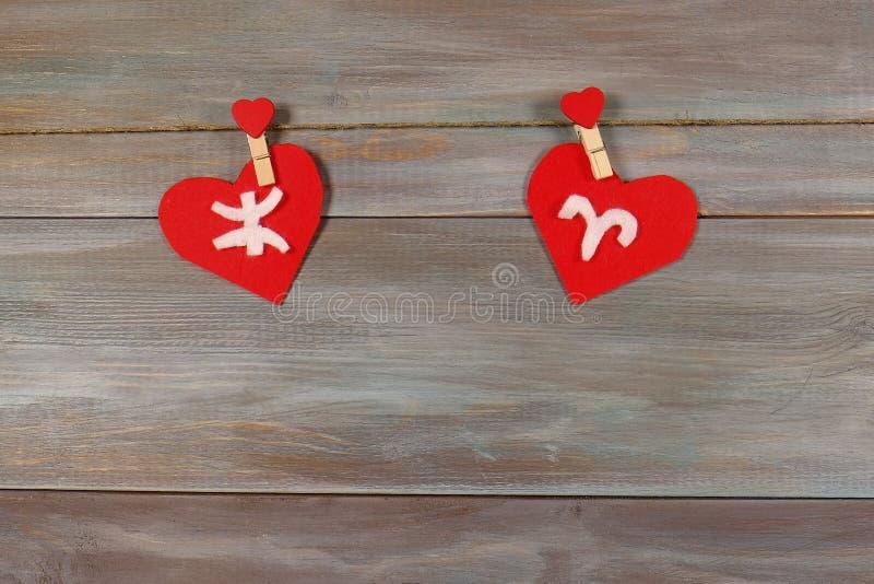 Pisces i Aries znaki zodiak i serce Drewniany backgrou zdjęcie royalty free