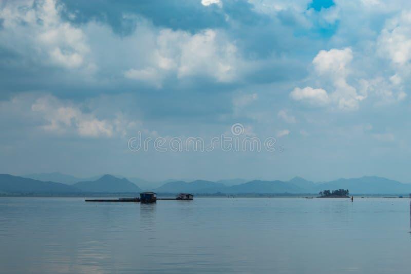 A piscicultura e o céu de flutuação da jangada na represa de Krasiew, Supanburi imagens de stock