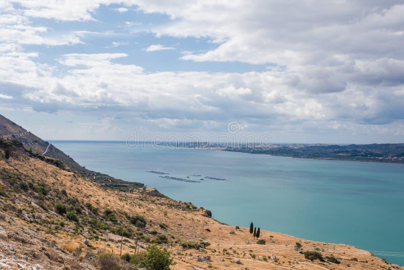 Piscicultura no mar Mediterrâneo a ilha de Kefalonia, Grécia fotografia de stock