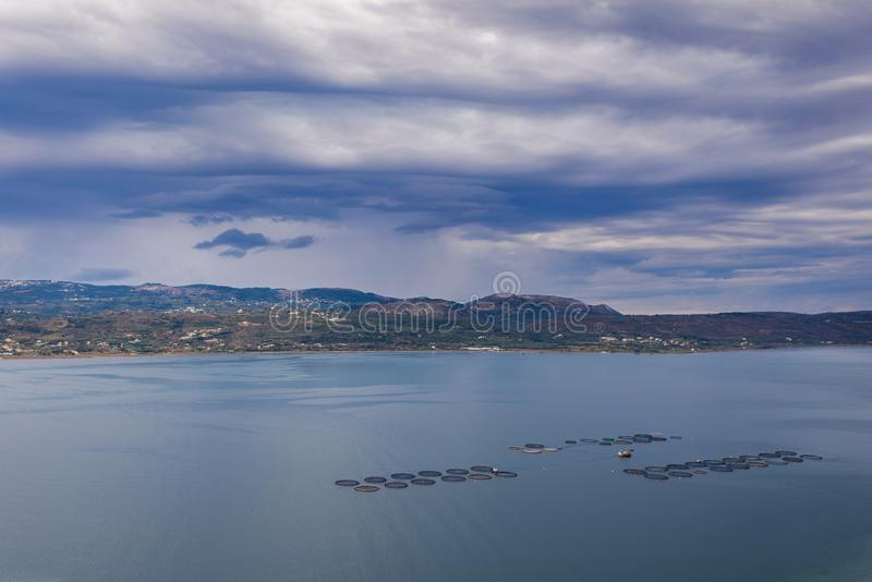 Piscicultura no mar Mediterrâneo a ilha de Kefalonia, Grécia foto de stock royalty free