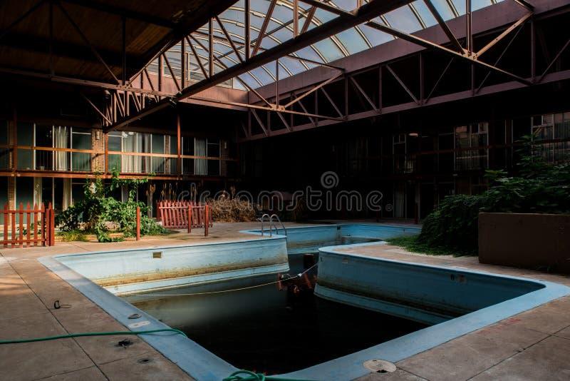 Piscina abandonada - Sheraton Motor Inn abandonado/Days Inn - Pennsylvania fotografía de archivo