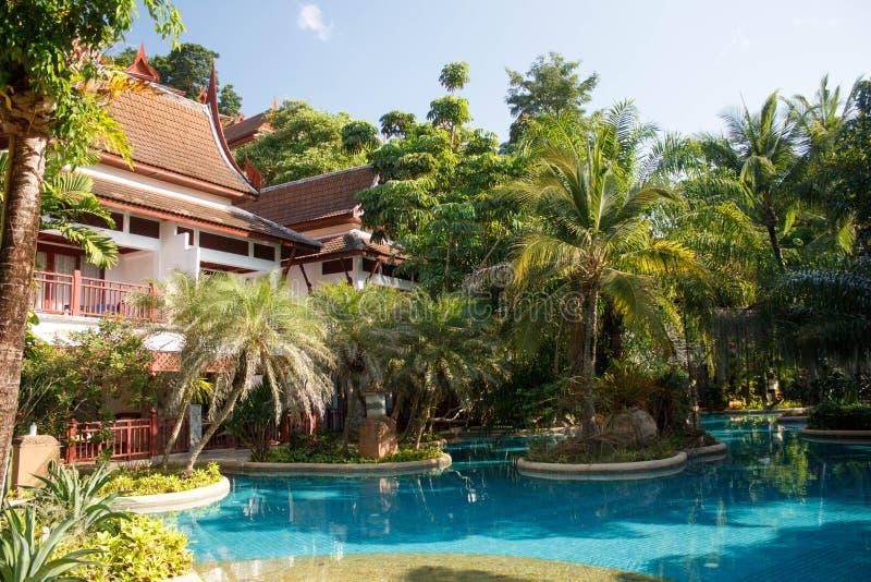 Piscina ad una località di soggiorno a Phuket, Tailandia Giardino verde piacevole suronding-2 fotografia stock libera da diritti