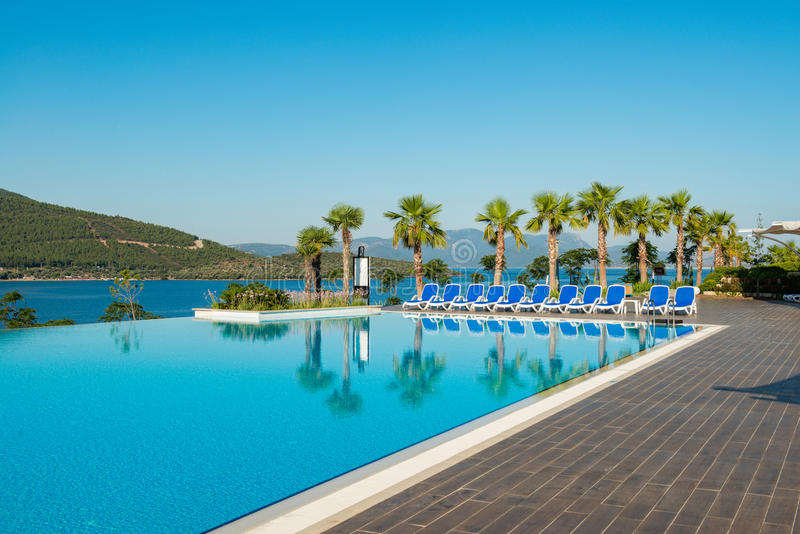 A piscina agradável fora no dia de verão brilhante foto de stock royalty free