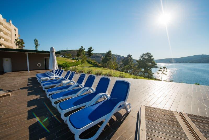 A piscina agradável fora no dia de verão brilhante fotos de stock