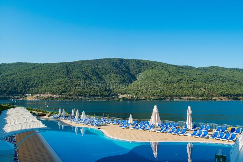 A piscina agradável fora no dia de verão brilhante imagens de stock royalty free