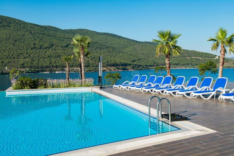 A piscina agradável fora no dia de verão brilhante imagem de stock