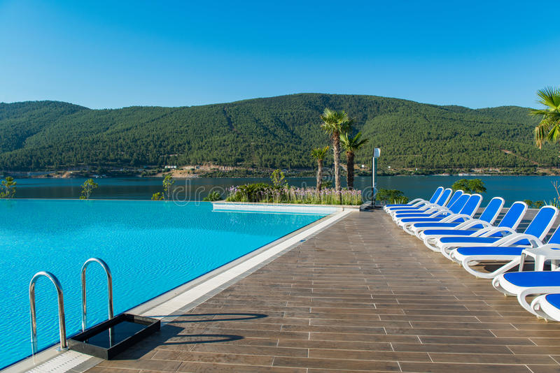 A piscina agradável fora no dia de verão brilhante fotografia de stock royalty free