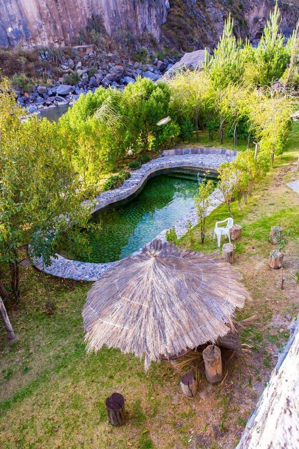 Piscina al aire libre en el hotel exclusivo, barranco de Colca, Perú en Suramérica imagenes de archivo