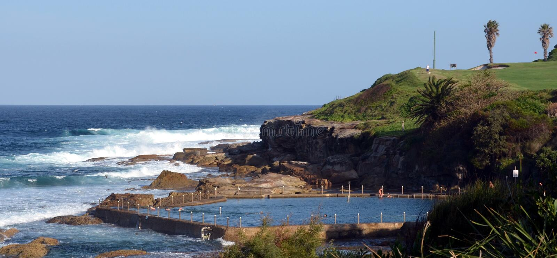 Piscina al aire libre en la playa de Malabar fotos de archivo libres de regalías