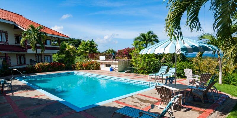Piscina al aire libre en un centro turístico en Trinidad y Tobago en el Caribe fotografía de archivo libre de regalías