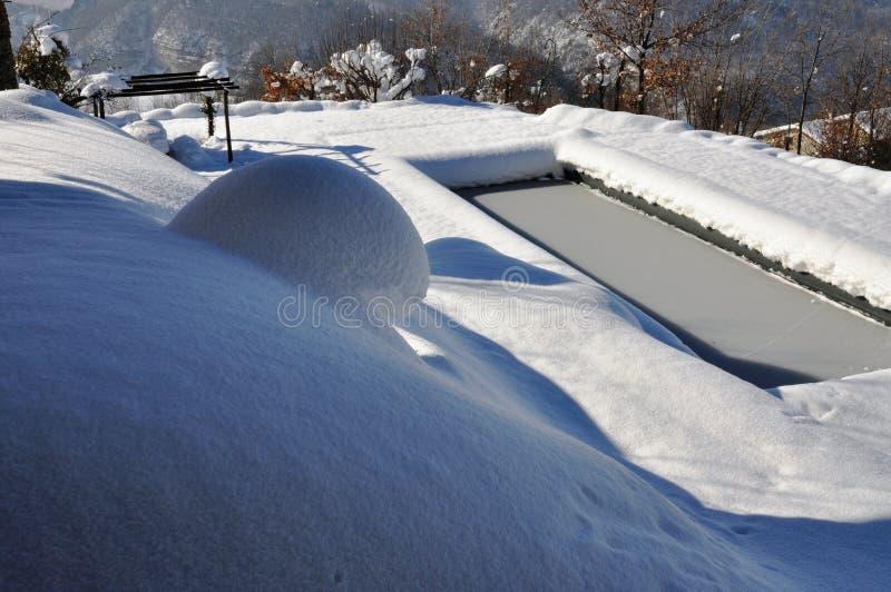 Piscina all'aperto nell'inverno immagini stock libere da diritti