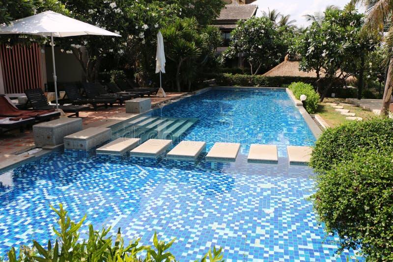 Piscina alla località di soggiorno della Tailandia immagini stock libere da diritti