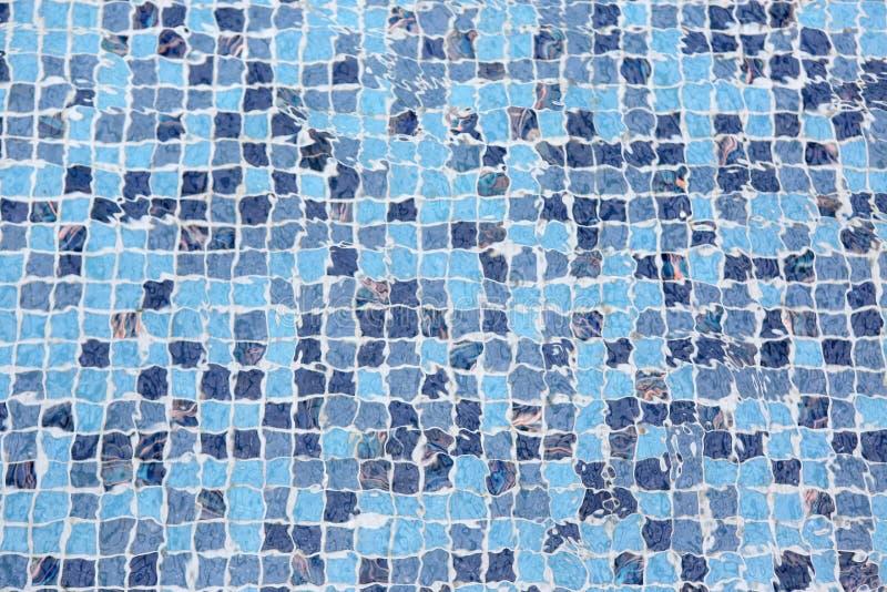 Piscina azul com água da ondinha fotografia de stock