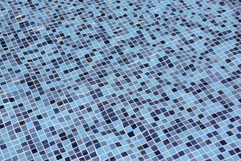 Piscina azul com água da ondinha imagens de stock