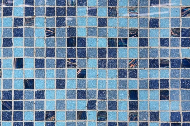 Piscina azul com água da ondinha foto de stock royalty free