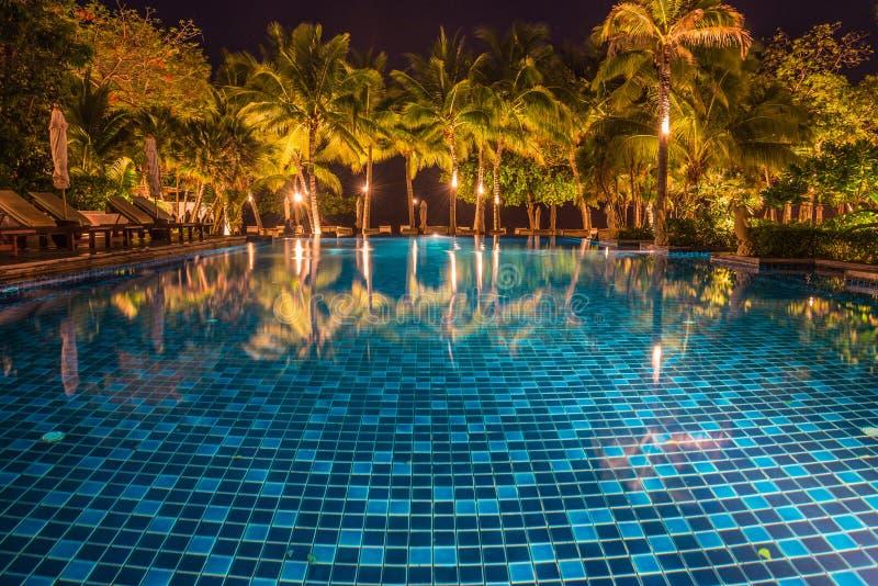 piscina azul com reflexões claras na noite foto de stock royalty free