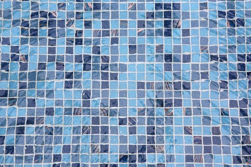 Piscina azul con agua de la ondulación foto de archivo