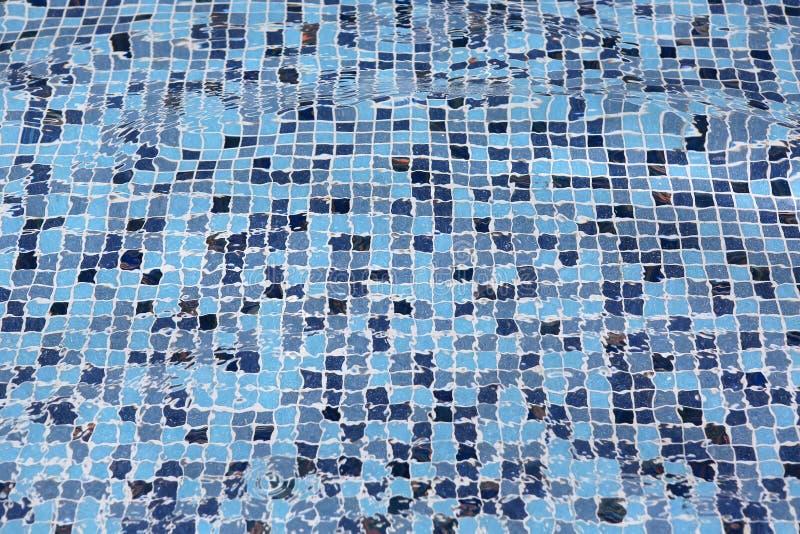 Piscina azul con agua de la ondulación imagenes de archivo