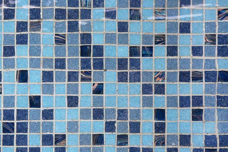 Piscina azul con agua de la ondulación foto de archivo libre de regalías