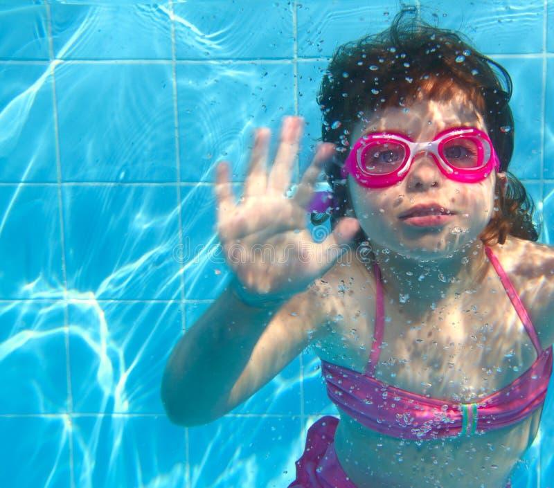 Piscina azul de la niña subacuática imagen de archivo
