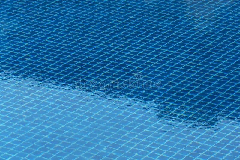 Piscina azul para o abrandamento ou rafrescamento que viaja no fundo das horas de verão fotografia de stock royalty free