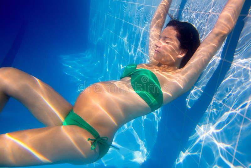 Piscina azul subacuática hermosa de la mujer embarazada imagen de archivo libre de regalías
