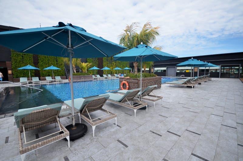 Piscina bonita em Hilton Hotel Kota Kinabalu, Malásia imagem de stock