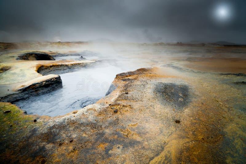 Piscina caliente de ebullición del fango en Hverir, paisaje dramático de Islandia con imagen de archivo
