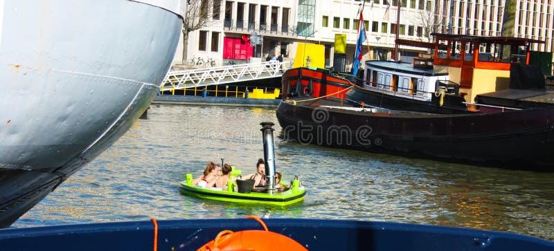 Piscina che galleggia in acqua del fiume o canale del porto di Rotterdam I giovani studenti olandesi si divertono e passano il te fotografie stock libere da diritti