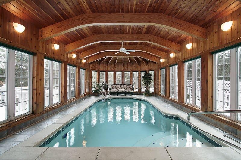 Piscina com feixes de madeira do teto fotografia de stock royalty free