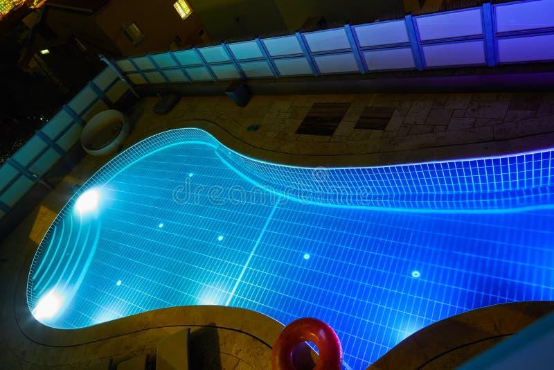 Piscina com luzes coloridas diferentes na noite de cima de fotografia de stock royalty free