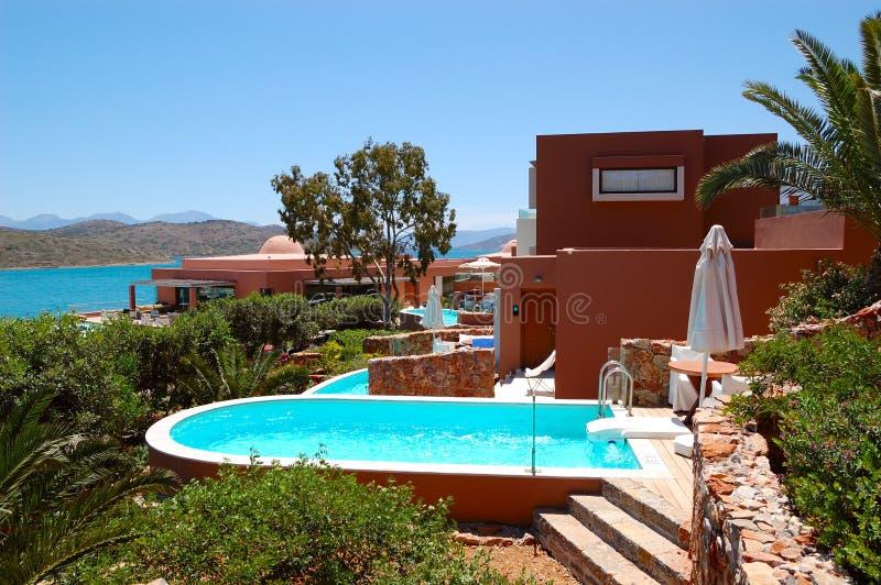 Piscina com o jacuzzi pela casa de campo luxuosa imagem de for Jacuzzi piscina exterior