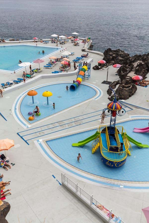 Piscina com os turistas na zona dos hotéis de Lido em Funchal, ilha de Madeira, foto de stock