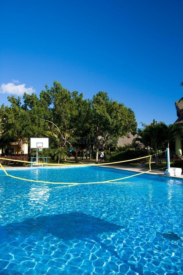 Piscina com uma rede do voleibol em um recurso dentro imagem de stock royalty free