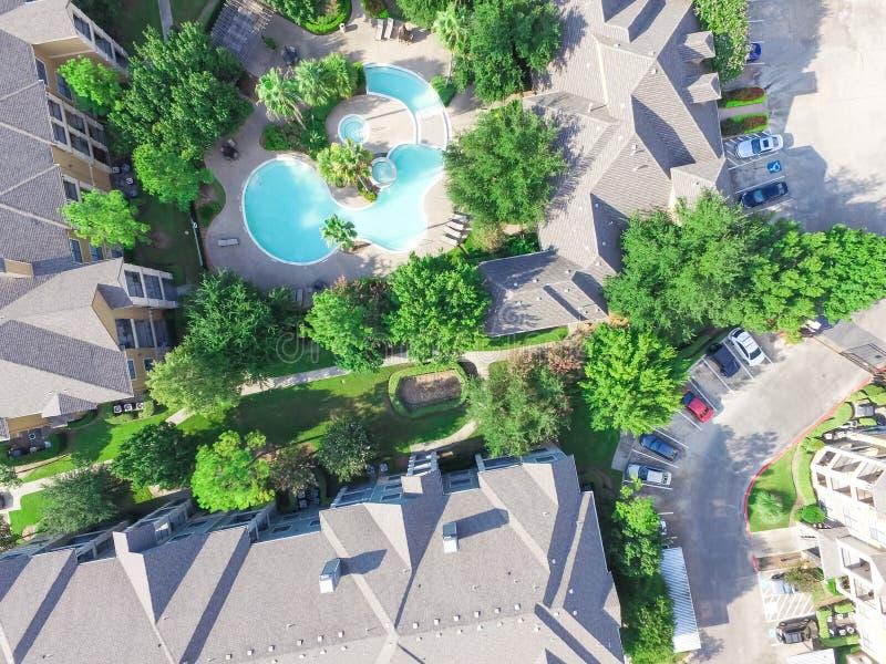 Piscina compleja de niveles múltiples de la construcción de viviendas de la visión aérea fotos de archivo libres de regalías