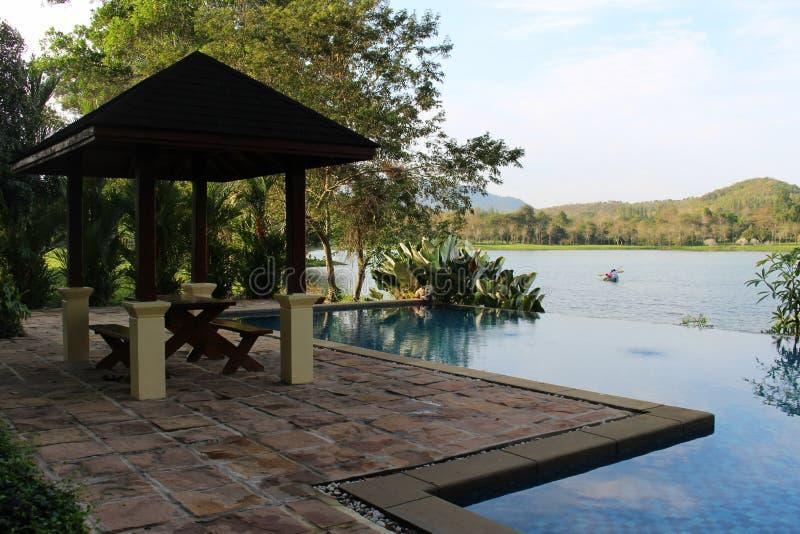 Piscina con la montaña y el paisaje del lago imagen de archivo libre de regalías