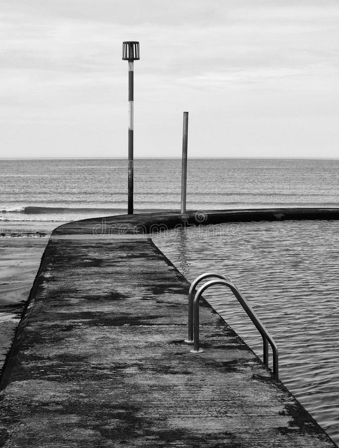 Piscina concreta idosa do lido ou da água do mar fotografia de stock royalty free