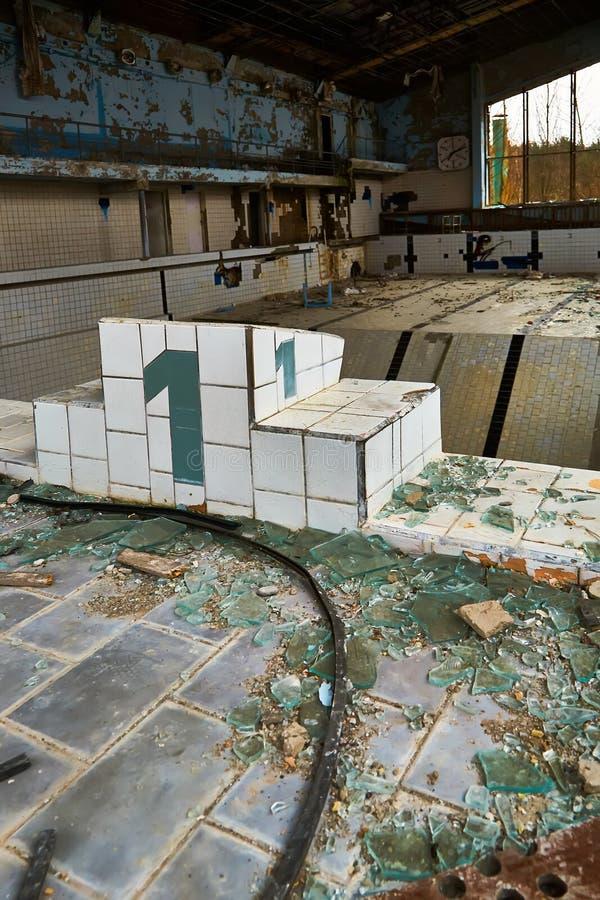 Piscina da escola na cidade de Pripyat em Ucrânia emptiness umidade Zona de exclus?o Atom5-01 (4) Casernas abandonadas do ex?rcit foto de stock