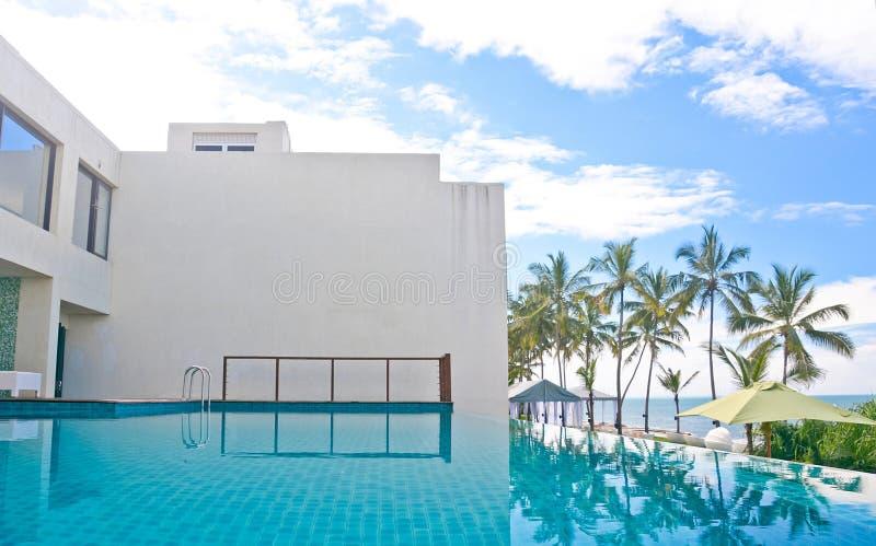 Piscina da infinidade em um hotel tropical que localizasse na área costal Negambo, Sri Lanka imagens de stock royalty free